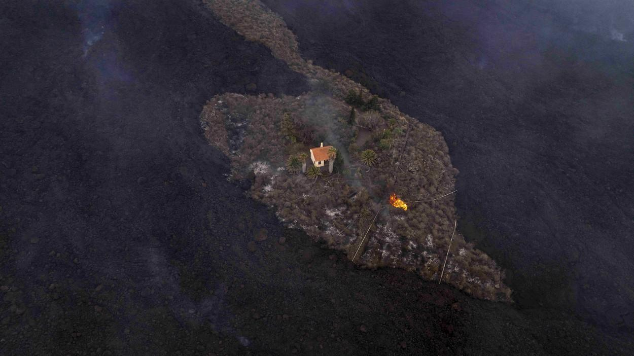 """Casa """"miracol"""" din La Palma. A rămas intactă înconjurată de un râu de lavă care a carbonizat totul: """"Am început să plângem ca nebunii"""""""