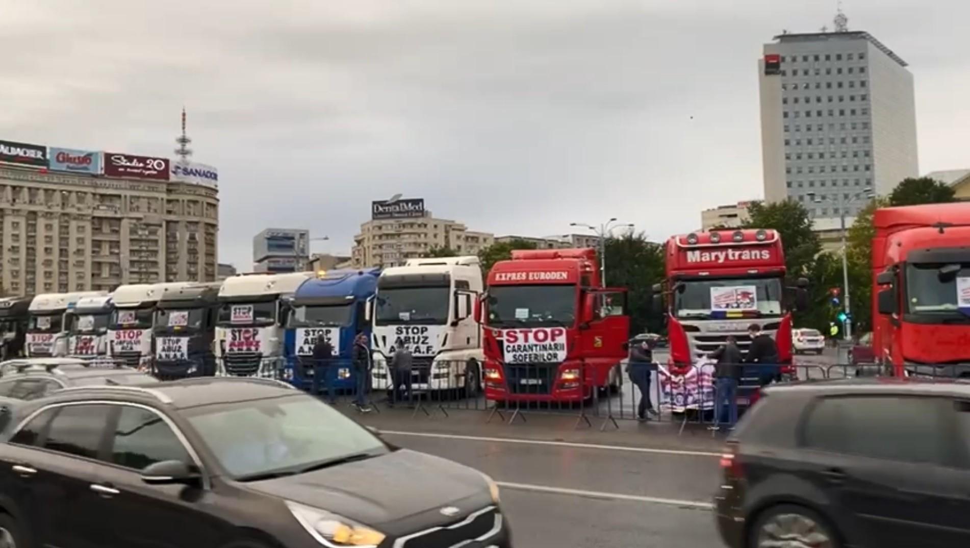 Mastodonți aduși în Piața Victoriei. Zeci de TIR-iști protestează: cer eliminarea impozitării diurnelor și stoparea creșterii prețurilor la RCA