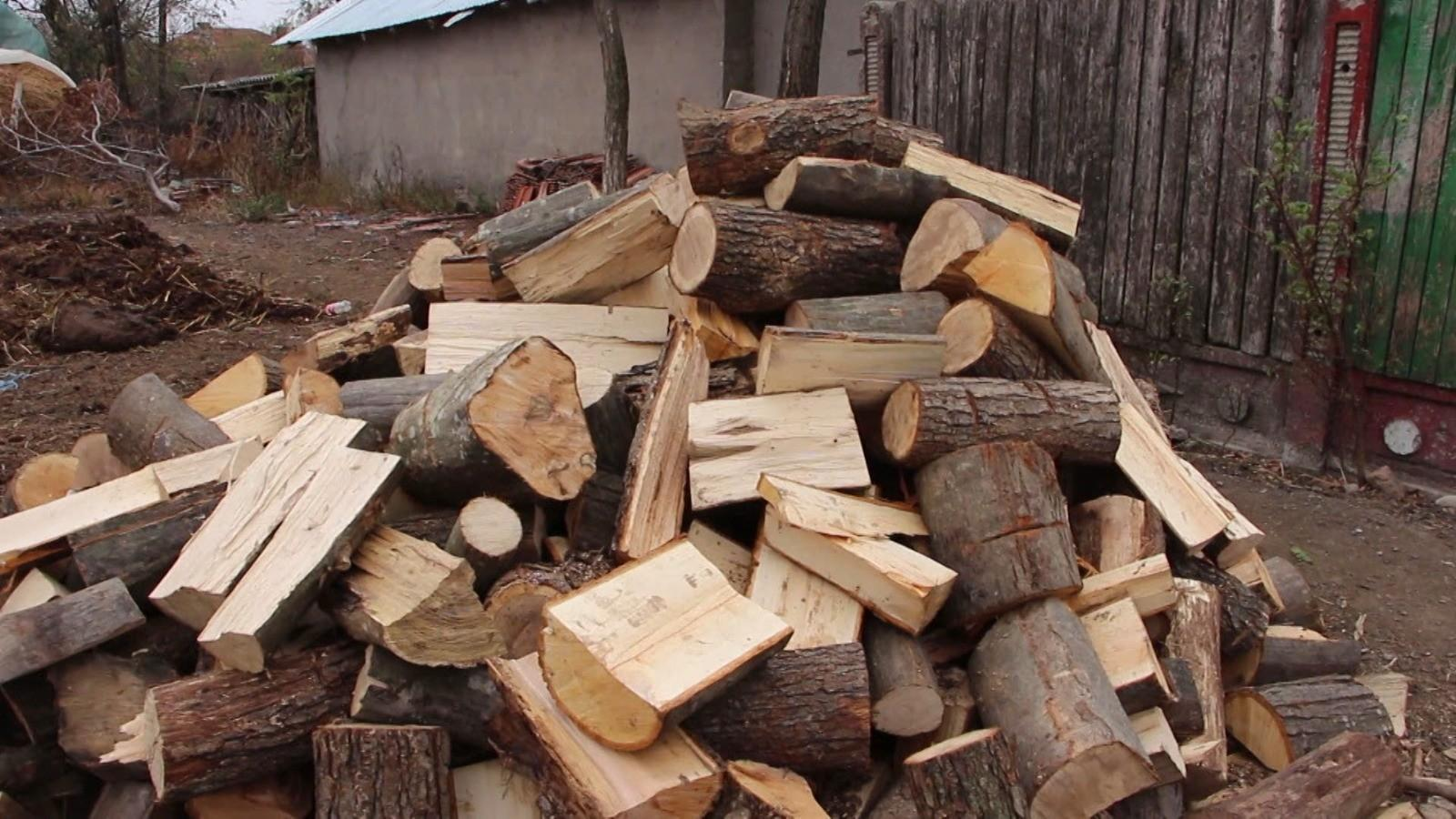 Preţul lemnelor îi arde pe români la buzunar. Cât scoate o familie din portofel pentru a-şi asigura încălzirea locuinţei