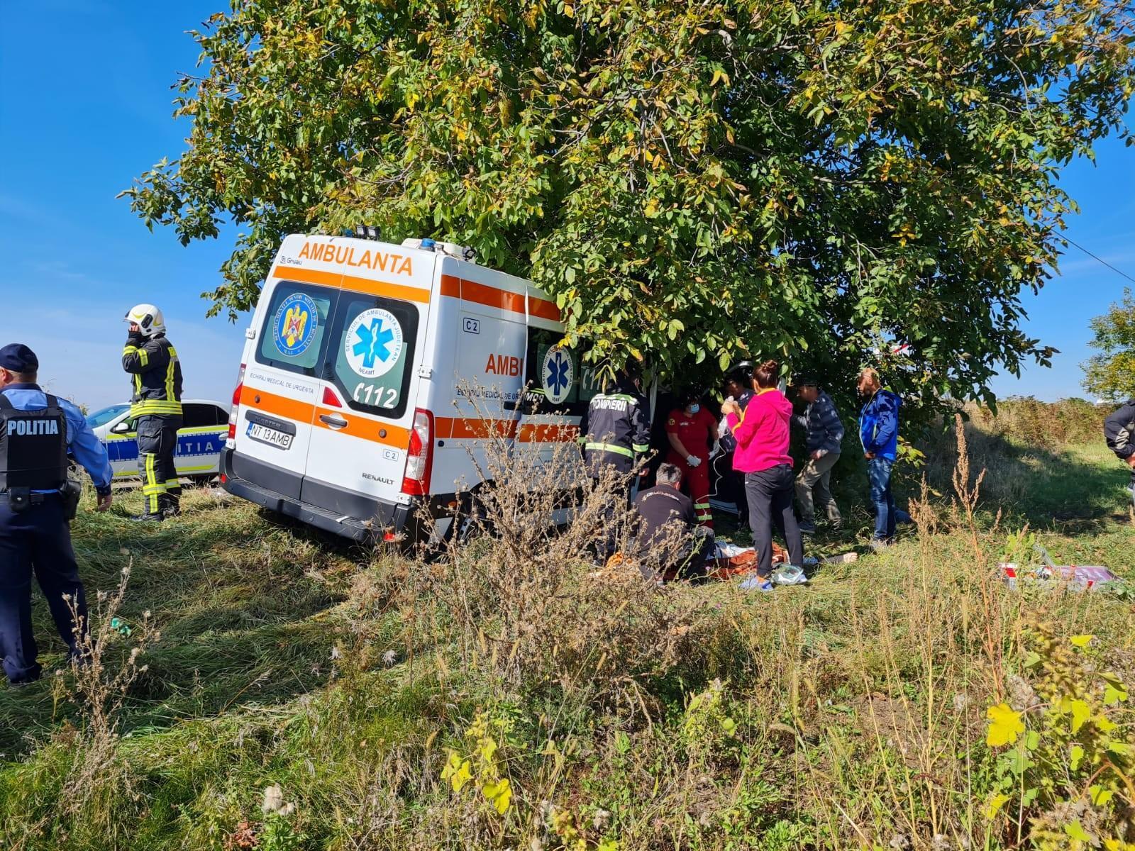 Ambulanţă ricoşată într-un copac, în urma impactului cu o dubă, în Neamţ