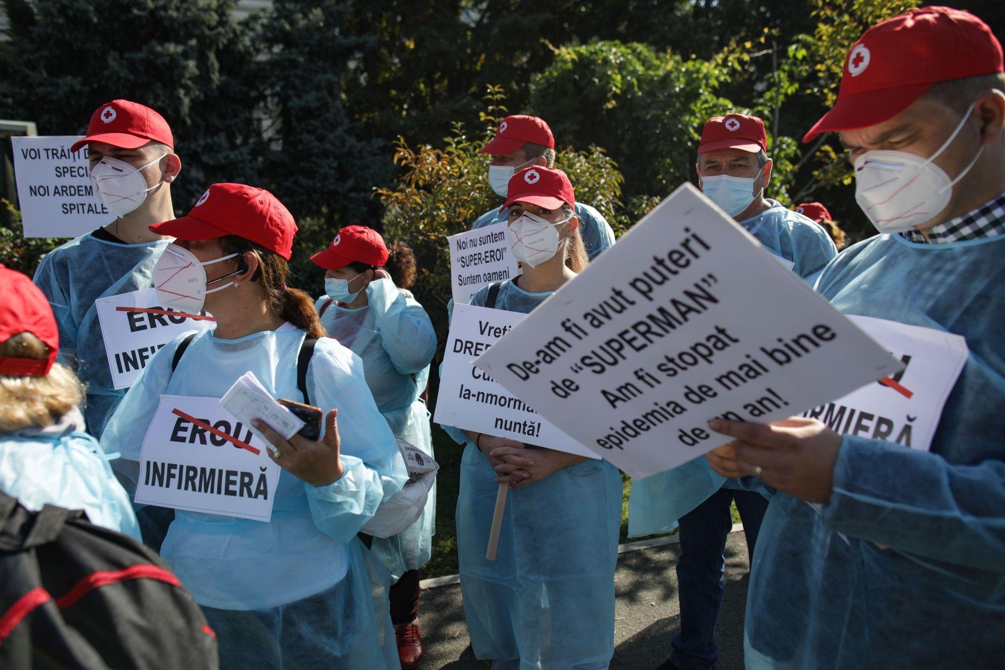 Zeci de angajaţi din Sănătate au protestat în faţa Guvernului. Contestă certificatul verde și testarea celor nevaccinaţi pe banii lor