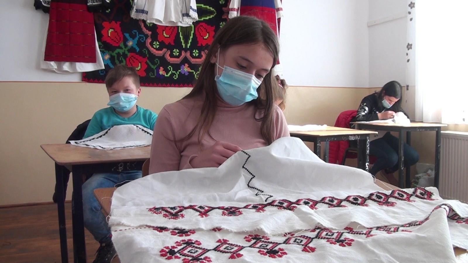 """Tradiţie dusă mai departe în Ţara Moţilor. Elevii unei şcoli din Alba au ocazia de a experimenta arta ţesutului. """"Mi-am făcut şi o cămaşă cu mâna mea"""""""