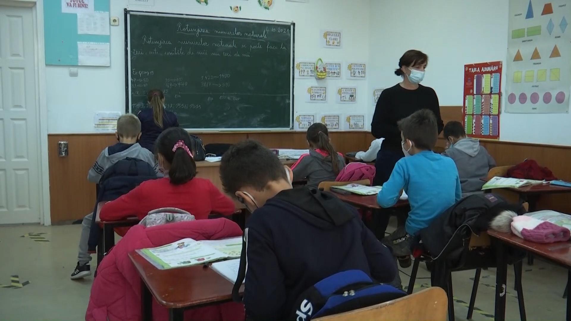 Sute de copii se înghesuie în cinci săli de clasă, cu zero distanţare, într-o şcoală din Botoşani. În satul vecin, o şcoală modulară are lacătul pus, în lipsa elevilor