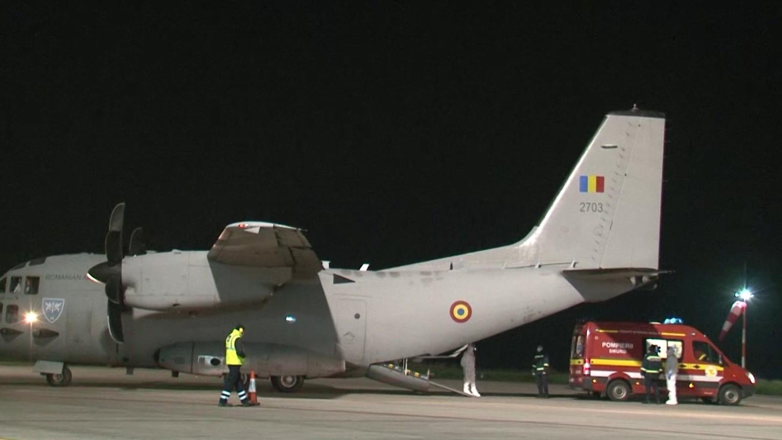 Misiune contracronometru. Șase pacienți COVID în stare gravă, transferați de la București la Târgu Mureș cu o aeronavă militară