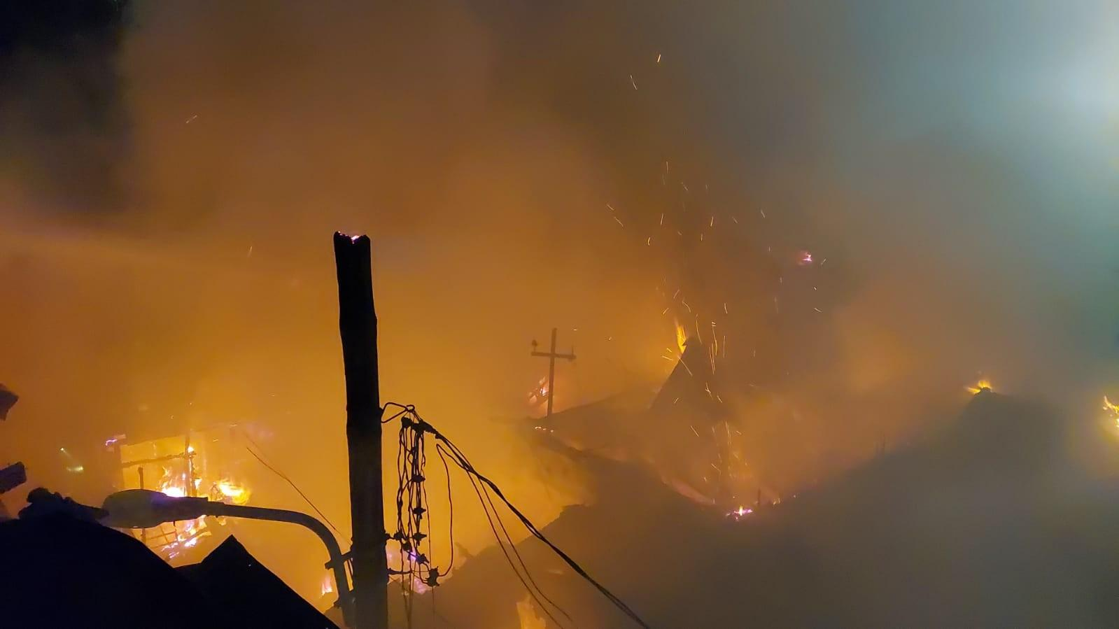 Incendiu puternic în București, în zona Vitan. O casă a luat foc și a ars ca o torță, flăcările s-au extins la o altă locuință