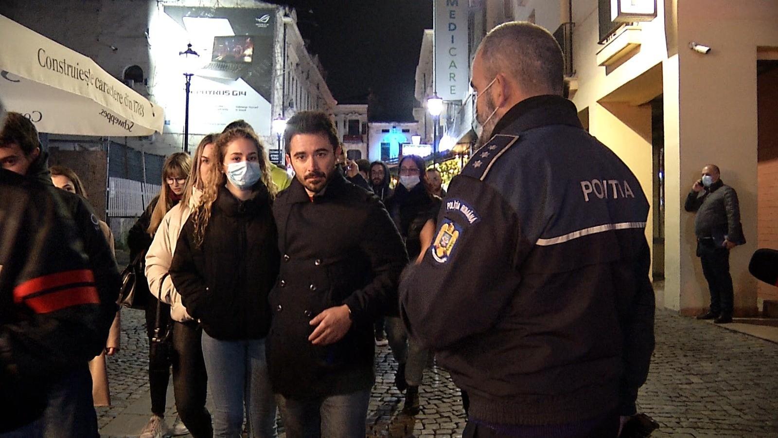 """Polițiști și jandarmi, printre tinerii petrecăreți din Centrul Vechi: """"Masca! Masca... domnişoară!"""""""