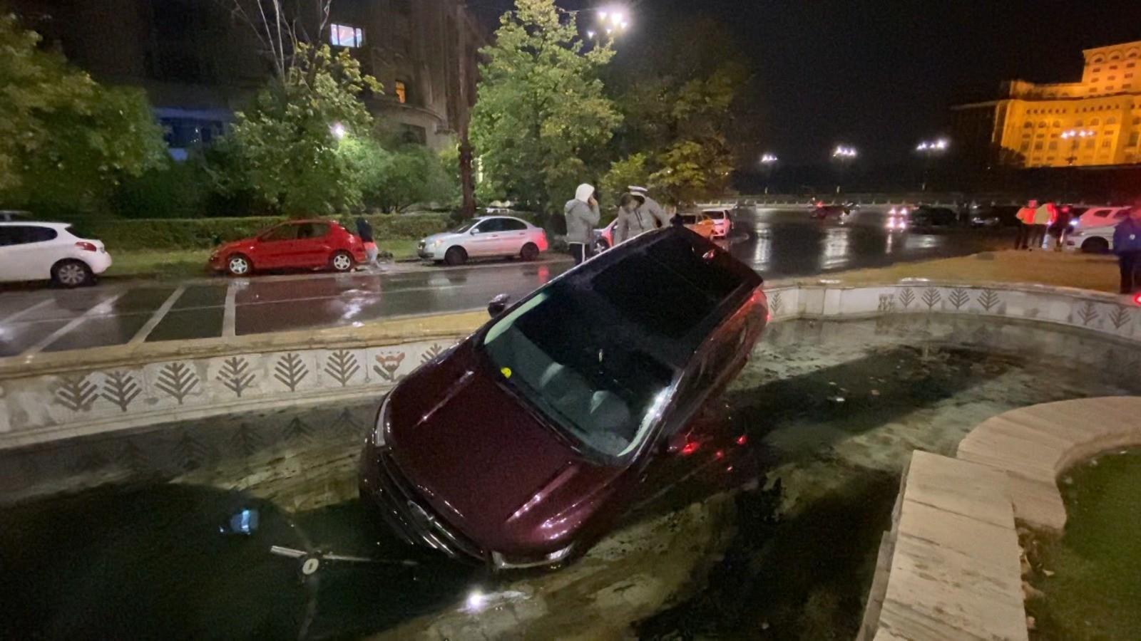 Un șofer începător a plonjat cu mașina în fântâna arteziană din fața Parlamentului