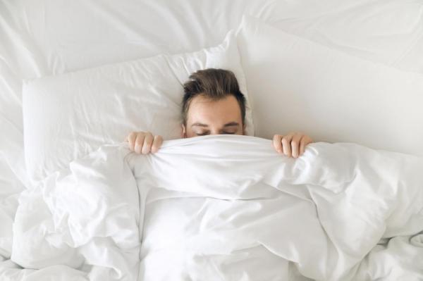 Dormea liniștit când a simțit că ceva se mișcă lângă el, în pat. Când a ridicat pătura a încremenit de spaimă. Ce era acolo