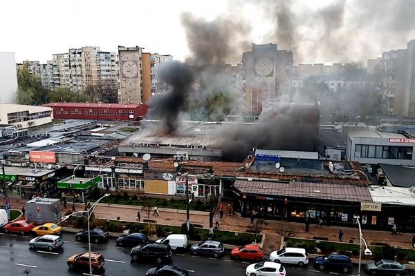 Incendiu în cartierul Militari. Un magazin de haine din Piaţa Veteranilor a luat foc