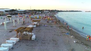 """Plaja de la Costinești, sufocată de gunoaie. Turiștii împart nisipul cu caserole goale, mucuri de ţigară, sticle și scutece folosite: """"Erau acolo când am venit"""""""