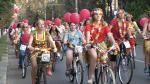 Paradă pe două roţi, pe străzile din Galaţi. Doamnele şi domnişoarele au promovat mersul pe bicicletă, în fuste hawaiene