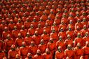 Paradă bizară în Coreea de Nord, în prag de foamete. Cine sunt bărbații care au defilat în combinezoane hazmat si cu măști de gaz