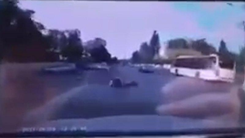 Momentul în care tânărul cu trotineta este lovit mortal de o maşină, după ce motociclistul îi dă cu casca în cap - VIDEO