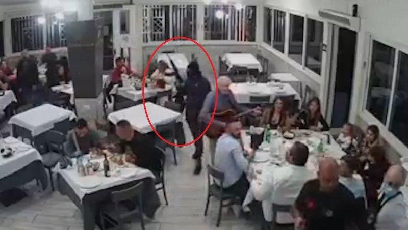 """Scene șocante în Italia. Doi bărbați înarmați cu Kalașnikov au atacat o pizzerie plină cu familii și copii. """"Putea fi un masacru. Sunt niște monștri"""""""