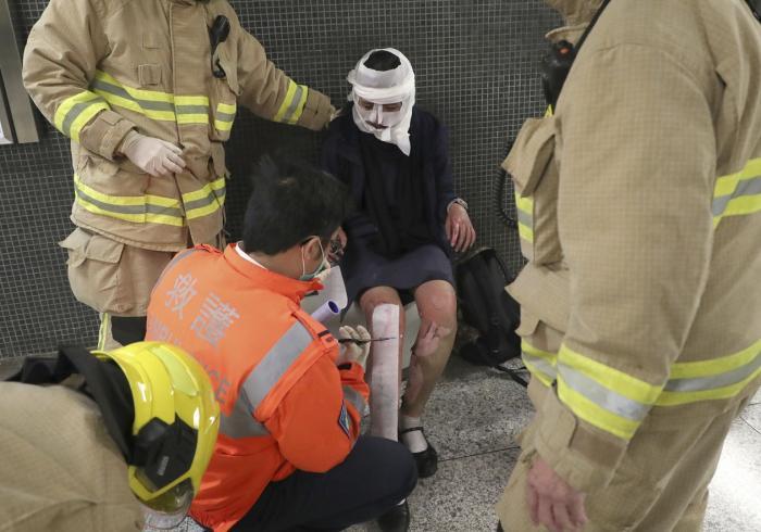 Clipe de GROAZĂ în Hong Kong: 18 persoane, rănite într-un incendiu. Focul a fost pus de un piroman (VIDEO)
