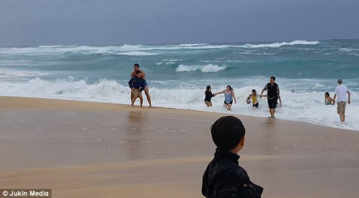 Imagini dramatice: Şapte oameni s-au zbătut să salveze un băieţel de la înec (FOTO şi VIDEO)