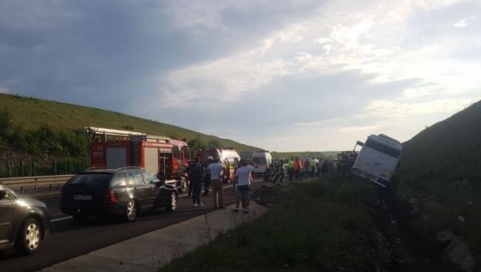 APROAPE DE TRAGEDIE! 20 de copii au scăpat ca prin minune, după ce şoferul microbuzului care îi transporta a făcut infarct, pe autostrada Sebeş - Orăştie