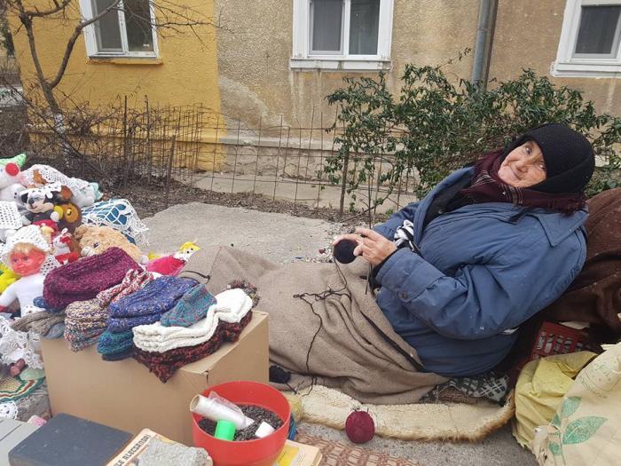 O bătrânică din Năvodari croşetează la -2 grade după ce a rămas singură pe lume: 'Oare cum va fi bătrânețea noastră?'