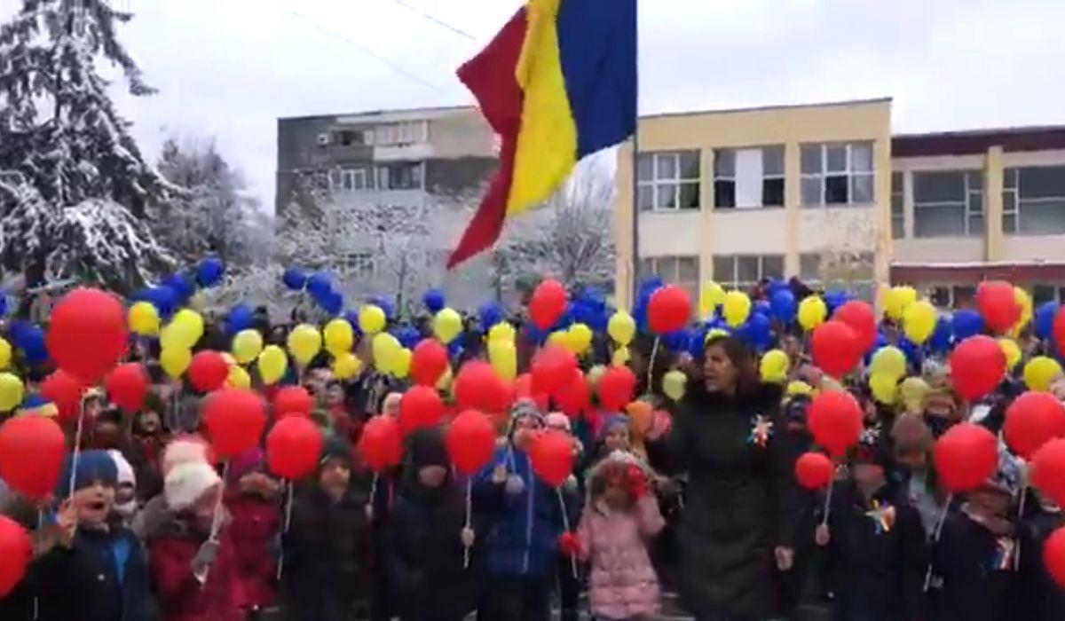 Video emoţionant cu elevii din Piteşti care cântă 'Treceţi batalioane române Carpaţii'
