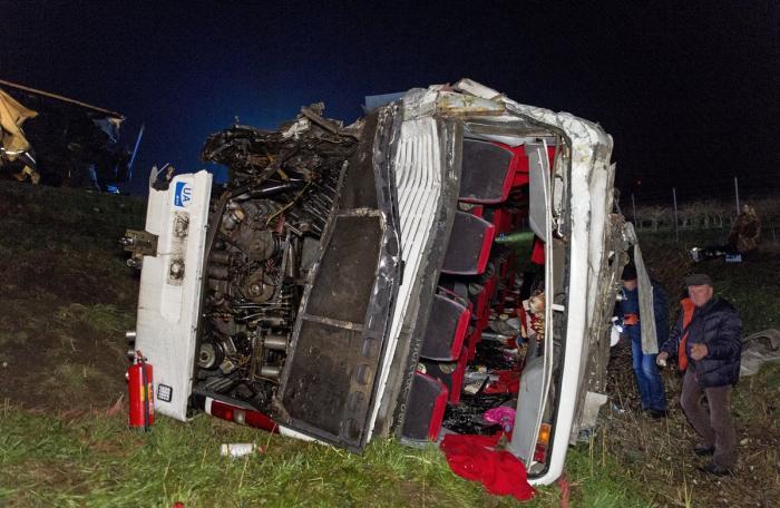 Un TIR românesc a intrat în plin într-un autocar, în Ungaria. Imagini teribile de la locul accidentului