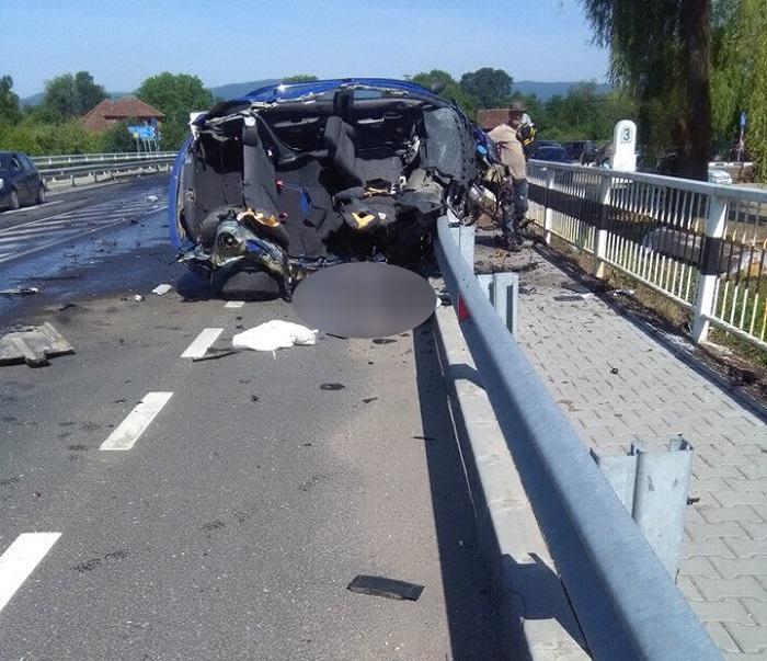 Accident cumplit la Târnava de Criş. Un autoturism a fost descompus de impactul cu un TIR, şoferul a murit pe loc (video)