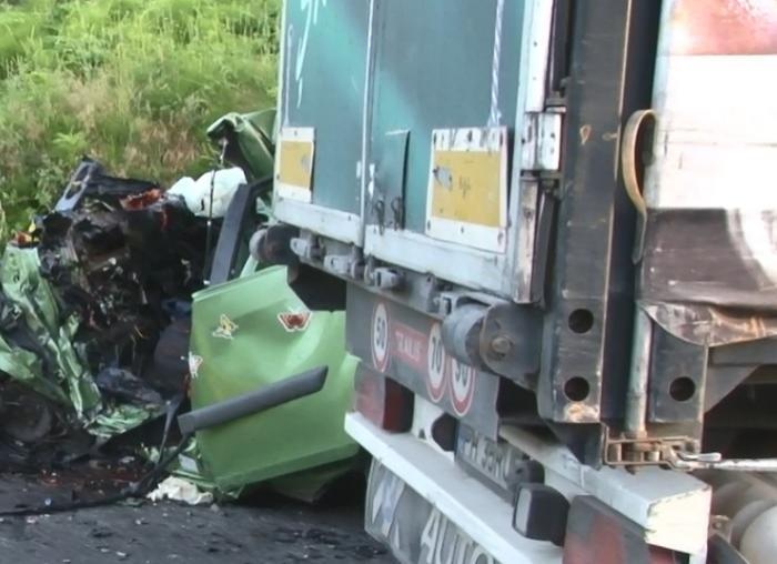 Un tânăr a fost strivit în propria maşină, după un impact devastator cu un TIR care a intrat pe contrasens, în Dâmboviţa. Imagini cumplite de la locul acidentului