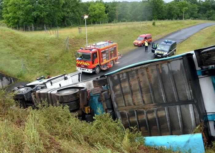 Un şofer român de 24 de ani a căzut cu TIR-ul de pe şosea, în Franţa. Poliţia crede că era cu ochii pe telefon