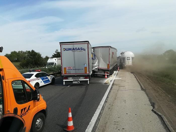 Un şofer român de TIR a scăpat cu viaţă dintr-un accident teribil, în Ungaria. A ieşit pe picioare din cabină