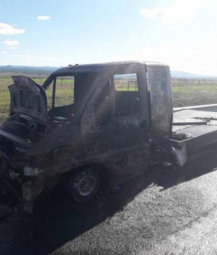 Maşină în flăcări pe A1, între Orăştie şi Sebeş. Focul a cuprins autoturismul în timp ce şoferul conducea