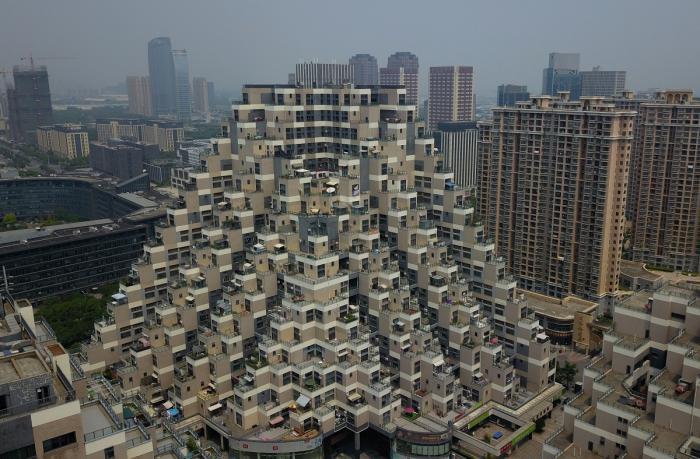 Blocul principal în formă de piramidă