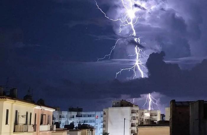 Ploi torenţiale, vijelii şi grindină în noaptea de Înviere