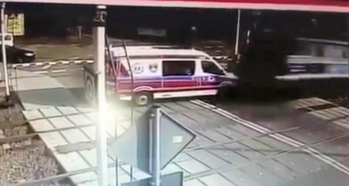 Momentul în care trenul lovește frontal ambulanța