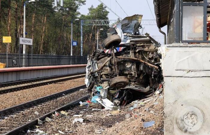 Ambulanță în misiune spulberată frontal de un tren, la o trecere de cale ferată din Polonia (Video)