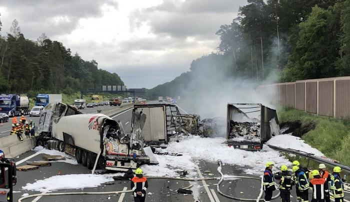 Trei camioane făcute scrum de un şofer român