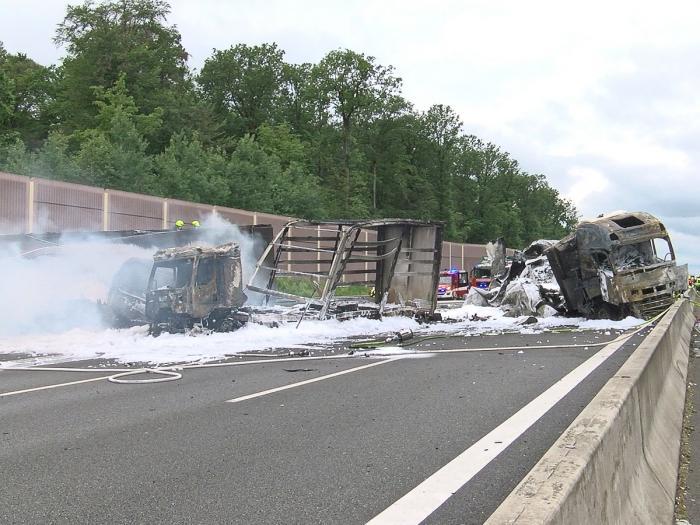Au fost filmate arzând cele trei camioane făcute scrum în Germania, din vina unui şofer român