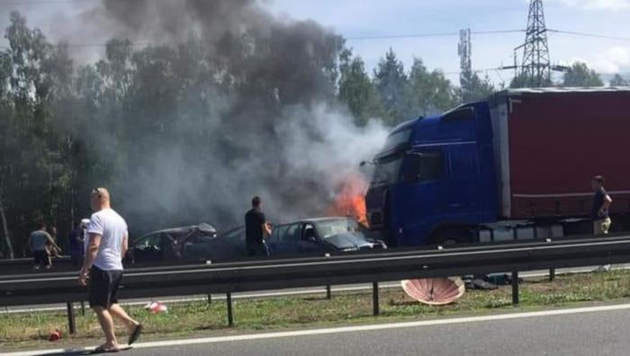 Şase morţi, 11 răniţi, după ce un camion a intrat în plin într-o coloană de maşini, pe autostradă, în Polonia