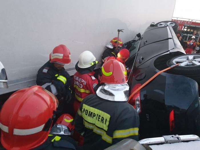 Un TIR a strivit o maşină într-un gard, apoi a intrat într-o casă, la Răcăciuni, în Bacău. Un mort şi doi răniţi
