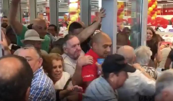 Omor pe tigăi, la Brăila. Sute de oameni s-au călcat în picioare într-un supermarket, în 10 minute s-a epuizat marfa (video)