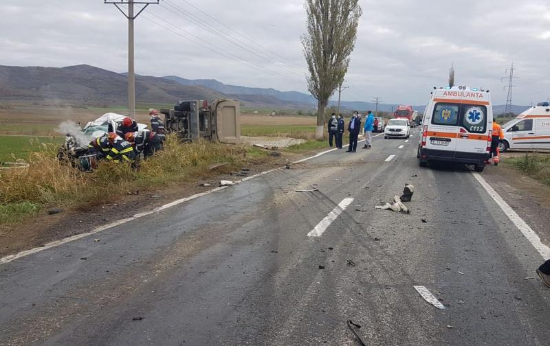 Atât camionul, cât și autoturismul au ajuns pe câmpul de la marginea șoselei, după impact