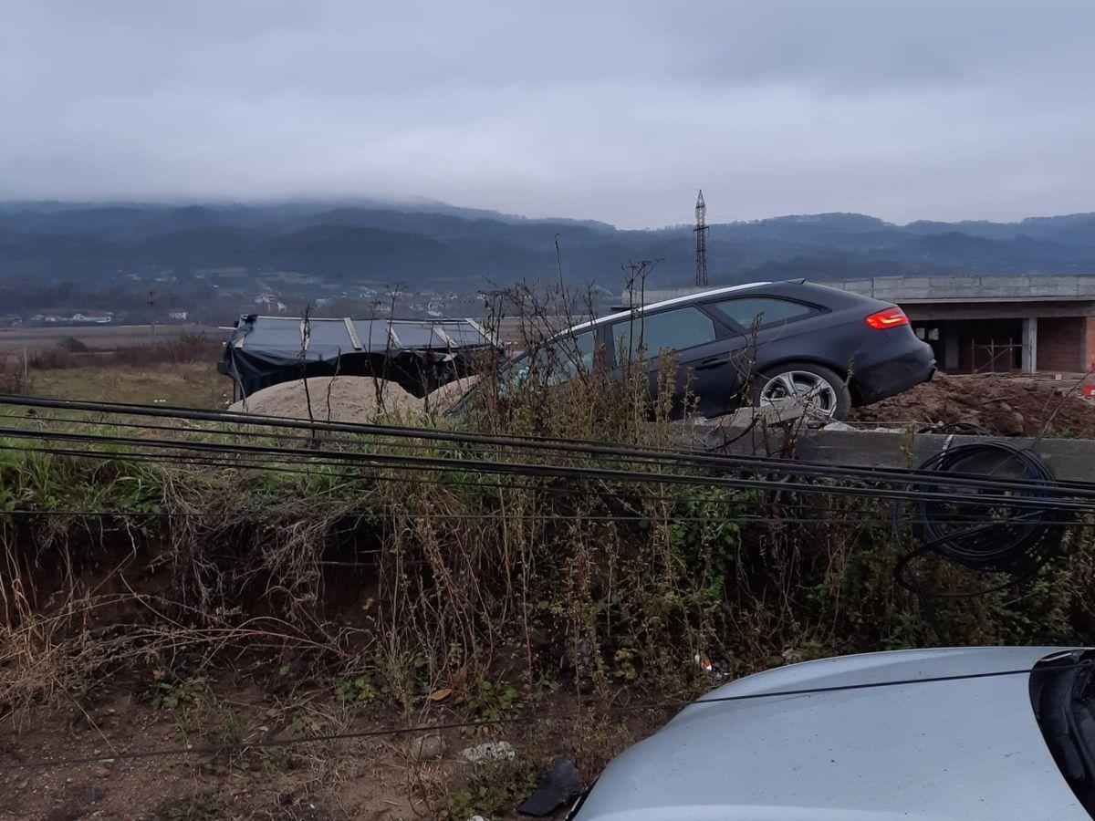 Un șofer de 19 ani, cu permisul suspendat, a lăsat o întreagă localitate din Vâlcea fără curent electric