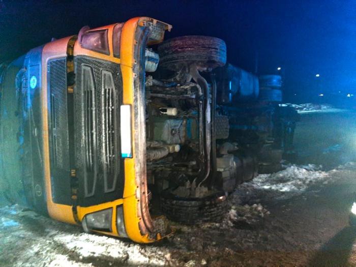 Un pompier i-a dat bocancii lui unui şofer de TIR rămas desculţ, după un accident în Suceava