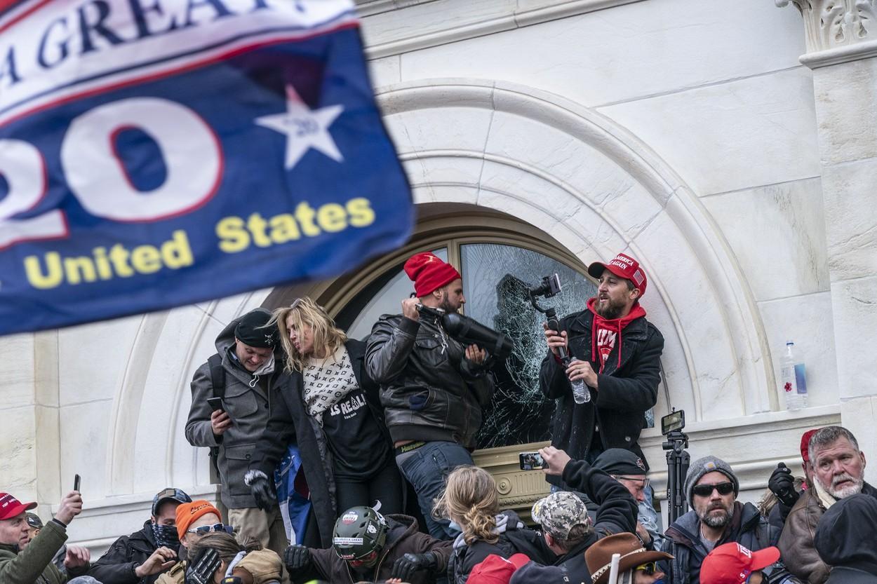 Suporterii lui Donald Trump au luat cu asalt clădirea Congresului american