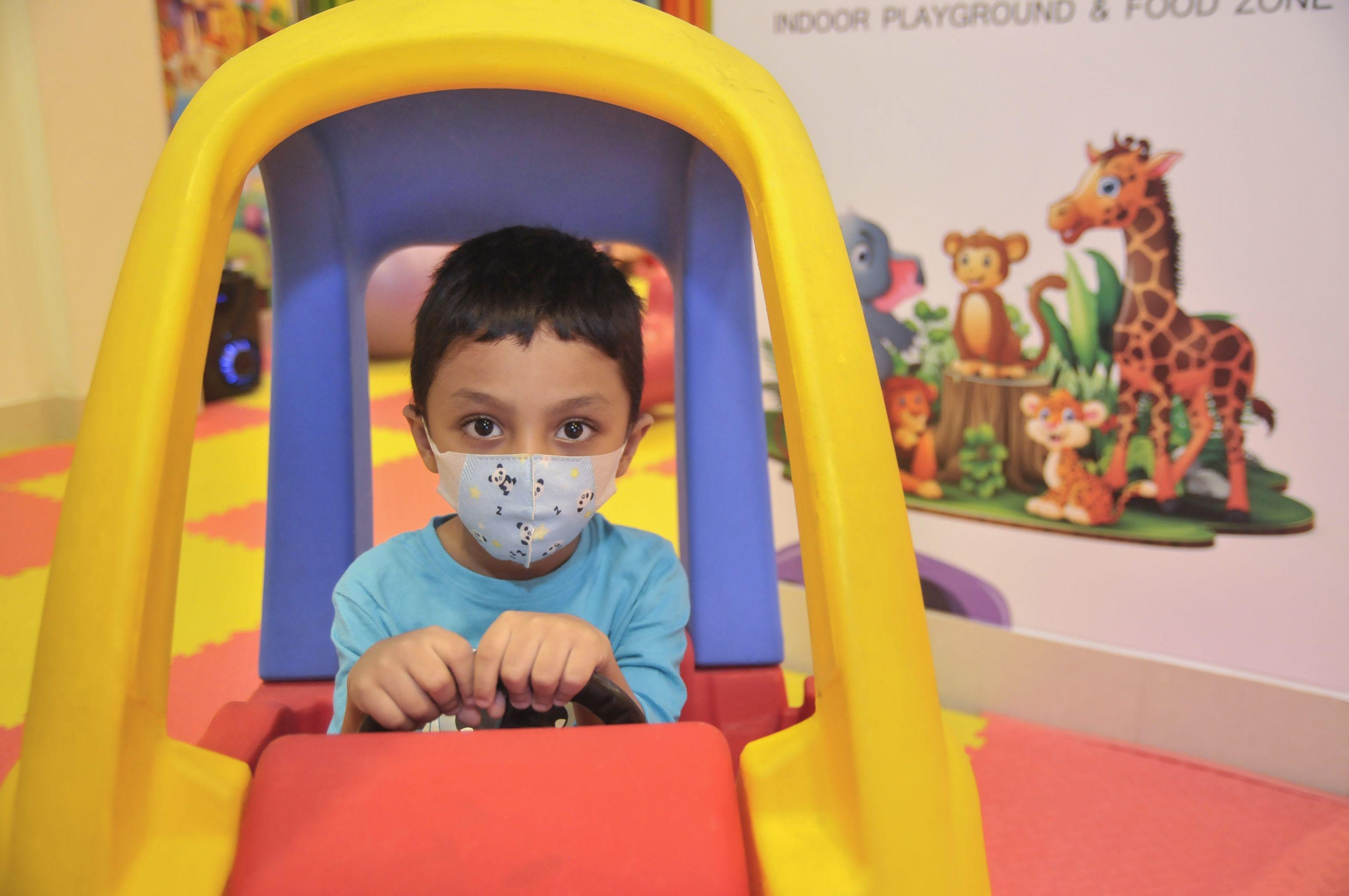 Noua tulpină de coronavirus se răspândește rapid și în rândul copiilor, însă nu îi afectează mai grav