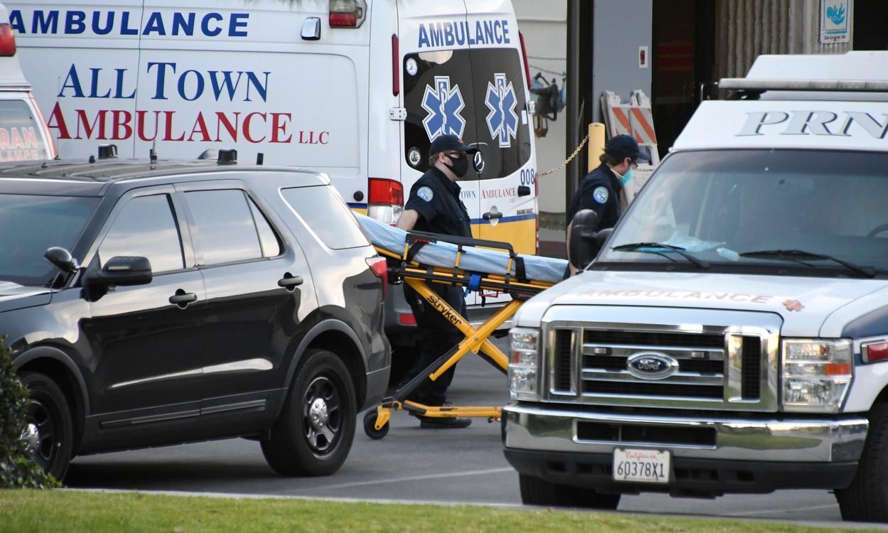 Ambulanţele din Los Angeles aştepată să transporte pacienţii la spital