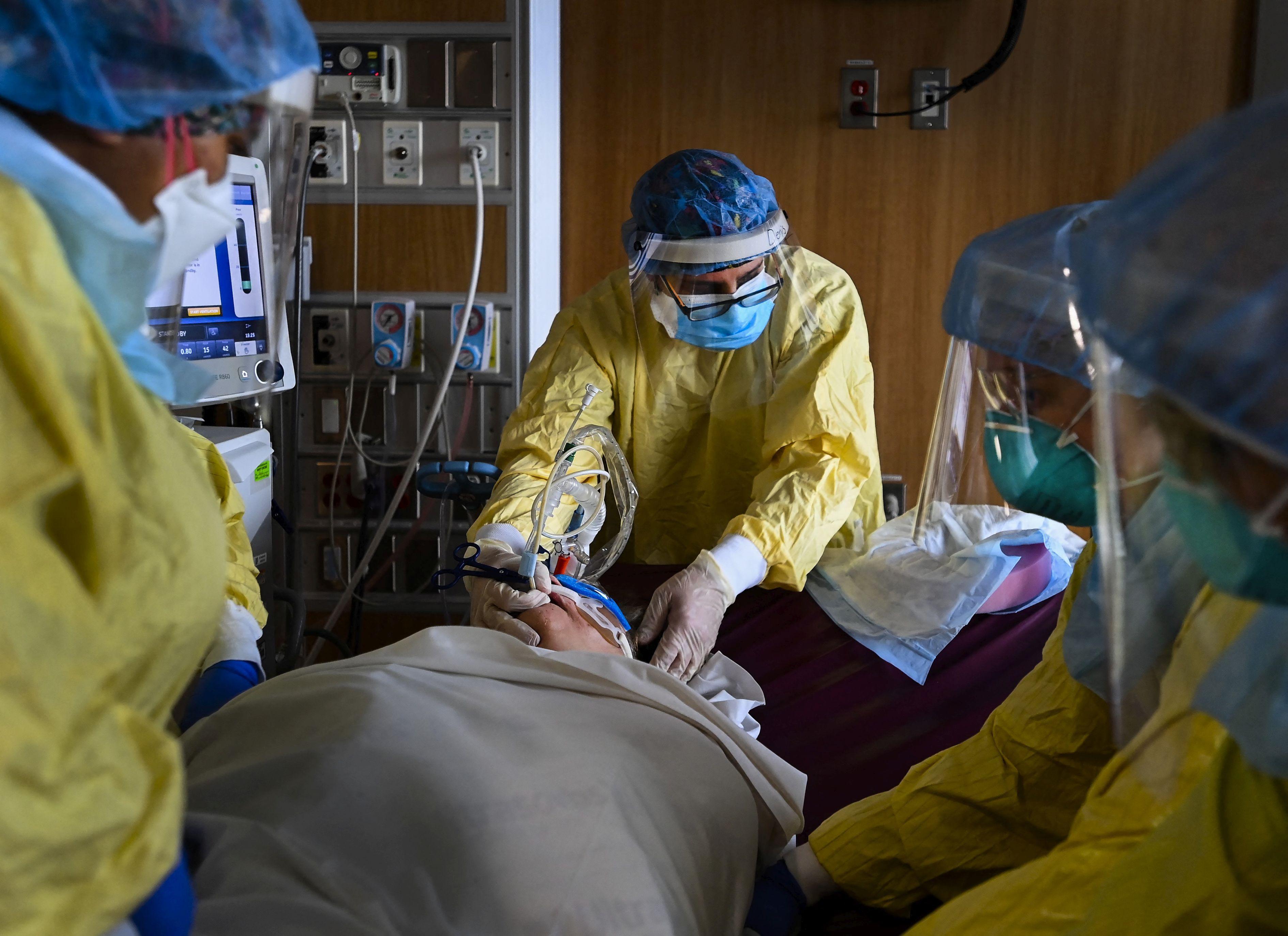 Pacient şi medici în spital covid