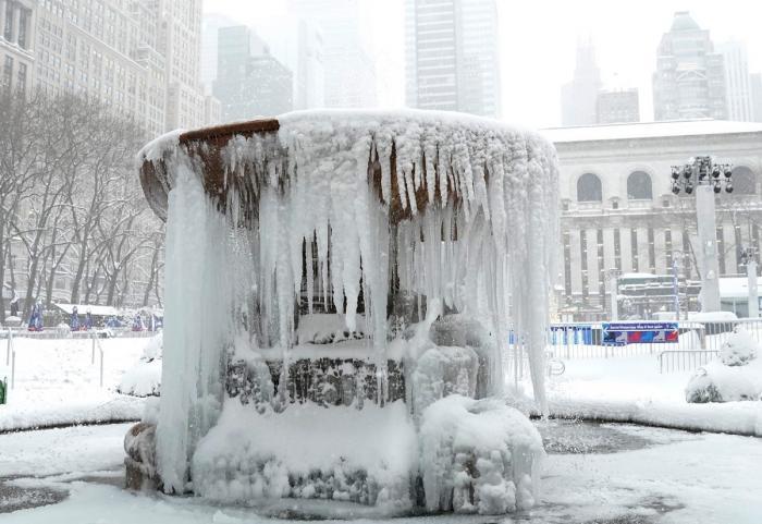 Furtună de zăpadă de proporții, în SUA: vaccinări amânate, zboruri date peste cap, străzi măturate de rafalele puternice