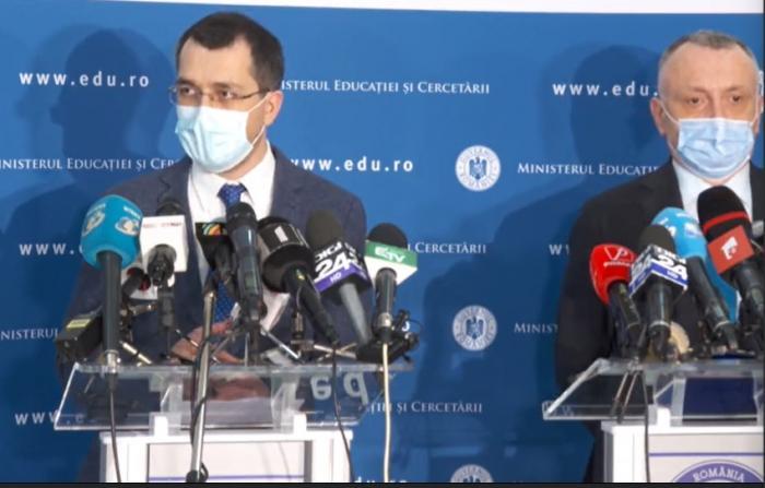 Ministrul Sănătății Vlad Voiculescu (stânga), ministrul Educației Sorin Cîmpeanu (dreapta)