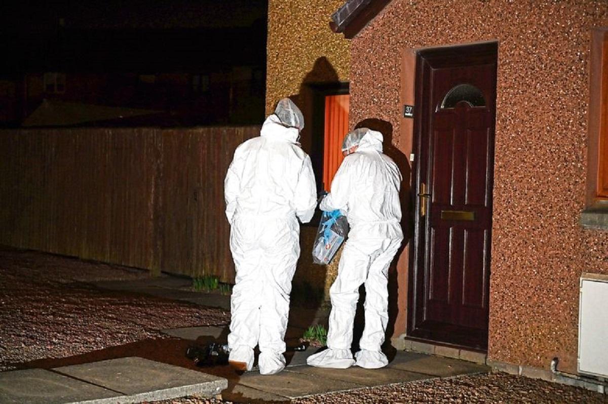 Criminaliștii fac cercetări la fața locului, la casa din Cove, Aberdeen