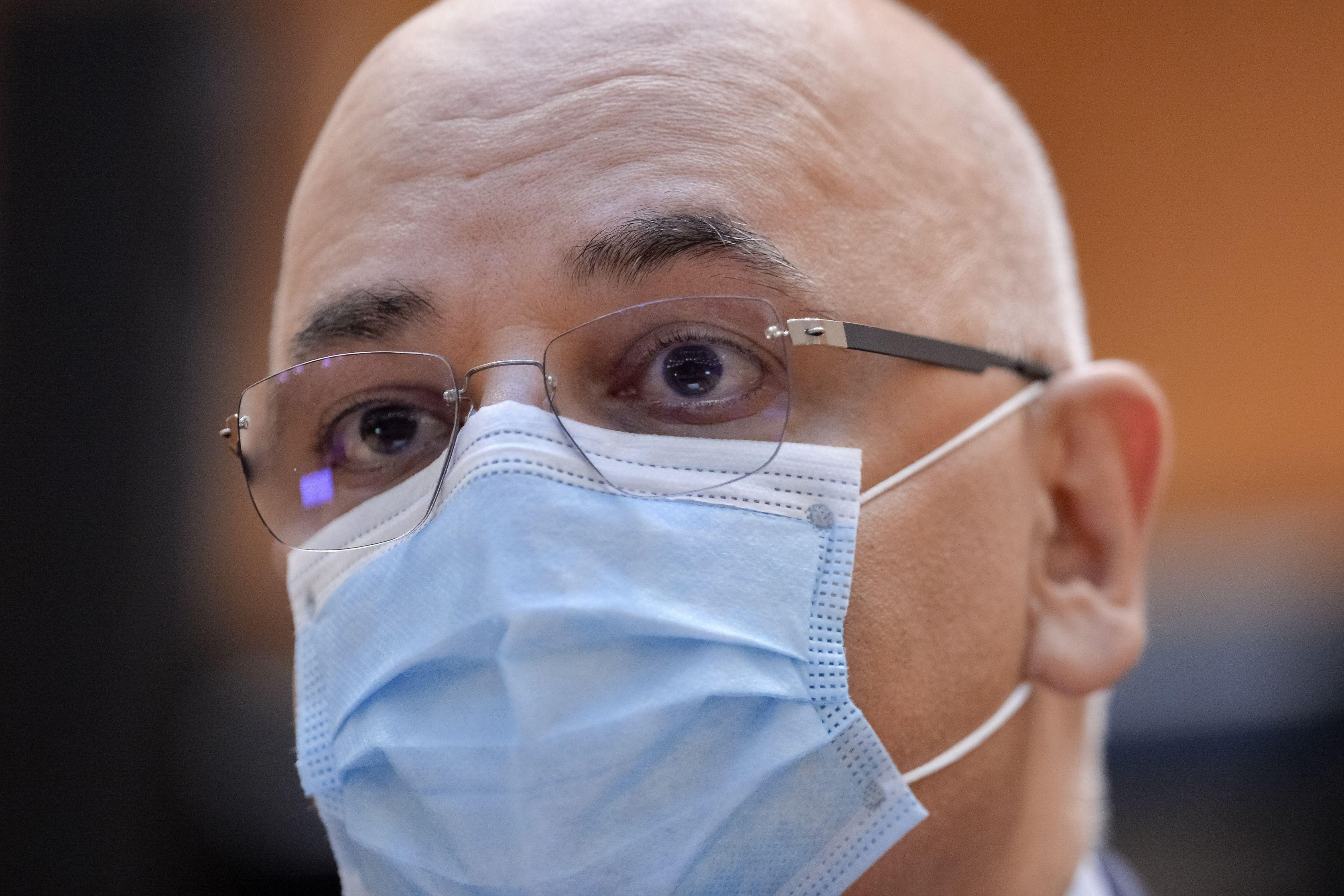 Raed Arafat purtând mască, în timpul unei conferințe de presă