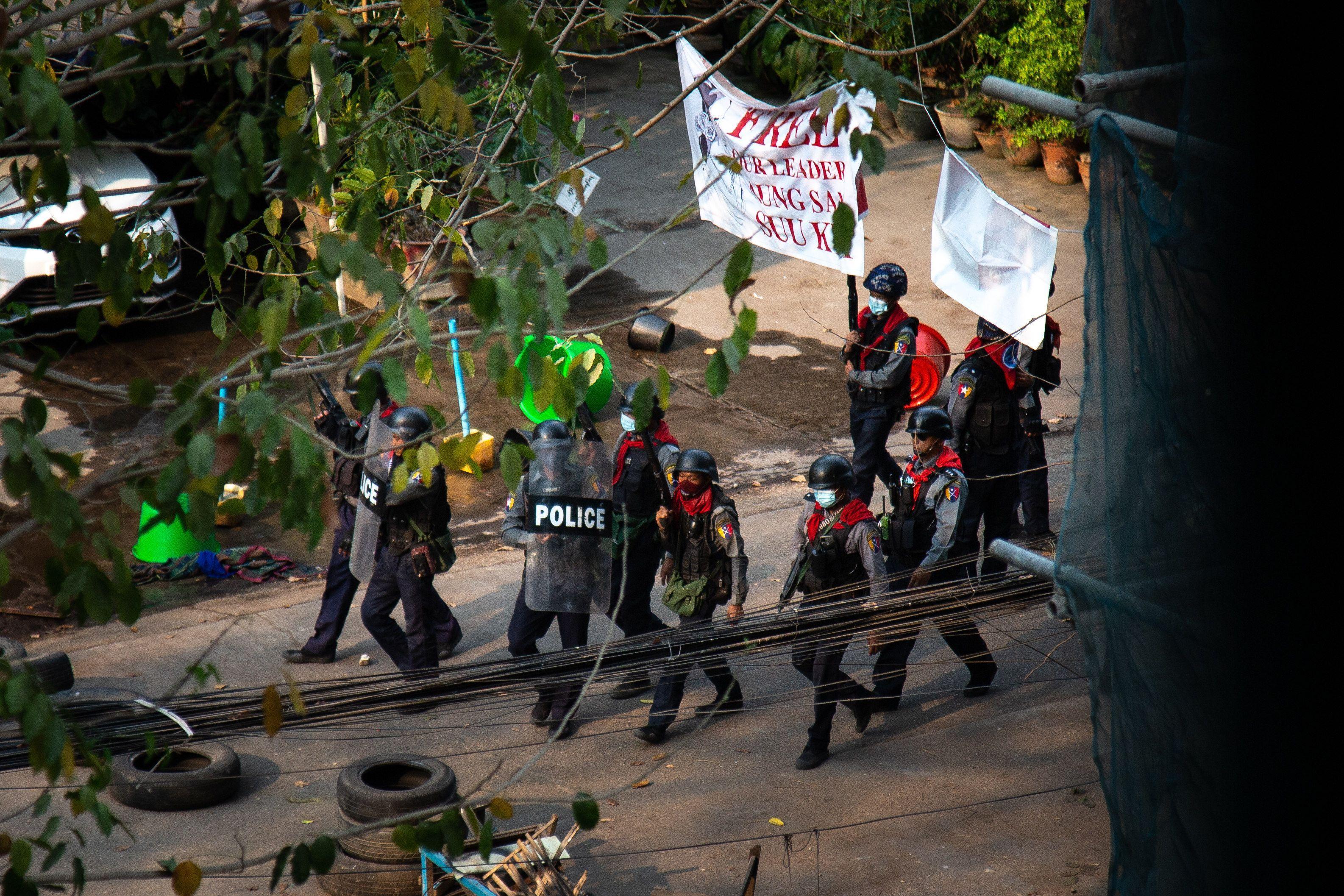 Forțele de orgine patrulează, înarmate, pentru a dispersa manifestanții, în Myanmar